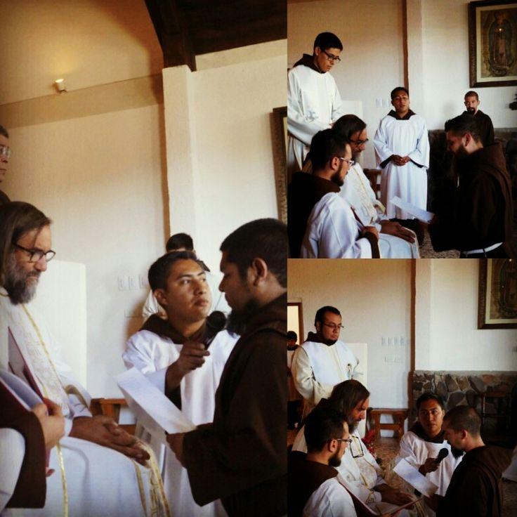 En una emotiva celebración nuestros hermanos Santiago De la Garza, Ángel Medina y Víctor Delgado emitieron su primera profesión religiosa, consagrándose así como frailes menores capuchinos.
