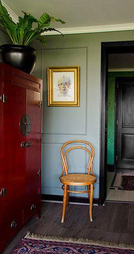 Bito feris decoraci%c3%b3n dise%c3%b1o estudio living mueble bar rojo muro verde olivo cuadro marco dorado silla viena