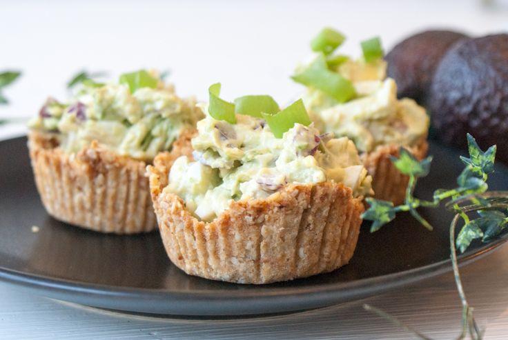 Dessa minipajer med avokado- och räkröra är ett bra mellanmål, en mättande frukost eller en spännande förrätt.