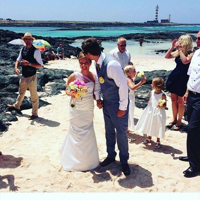 @bluestarphotoshoot#mywedding#beachwedding#beach#kissthebride#myfamily#myfriends#mylifestyle#enjoyyourlife#lovemylife#love#bride2013#bride#groom#bluesky��#lovemyhusband#bryllup#strandbryllup#brud#ektefeller#kjærlighet#kyss#amor❤ #amor#fuerteventura#fuerte http://gelinshop.com/ipost/1523479574422351289/?code=BUkfJnoAe25