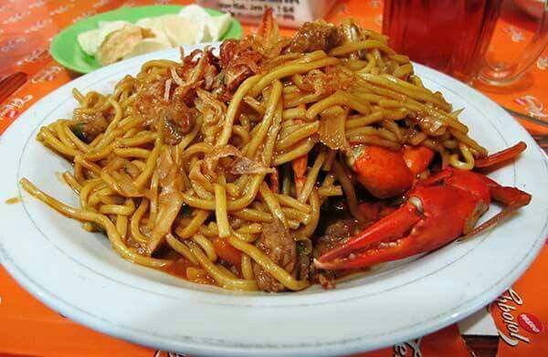 Resep Mie Aceh  Bahan Utama : - 500 gram mie kuning basah - 1 ekor kepiting - 1/4kg udang - 750 ml air kaldu - 150 gram daging sapi, potong dadu - 4 siung bawang putih, diiris tipis - 4 butir bawang merah, diiris tipis - 1 buah tomat, dipotong-potong - 1 batang daun bawang/seledri, diiris tipis - 50 gram taoge, bersihkan - 50 gram kubis/kol, diiris tipis - 1 sdm kecap manis - 1 lembar daun salam - Margarin  Bumbu Halus: - 6 butir bawang merah - 5 siung bawang putih - 2 buah cabai merah…