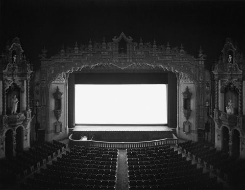 Hiroshi Sugimoto portretteerde diverse bioscopen en hun witte doek in de serie Theaters door een foto te nemen gedurende de hele film.  Im a habitual self-interlocutor. Around the time I started photographing at the Natural History Museum one evening I had a near-hallucinatory vision. The question-and-answer session that led up to this vision went something like this: Suppose you shoot a whole movie in a single frame? And the answer: You get a shining screen. Immediately I sprang into action…