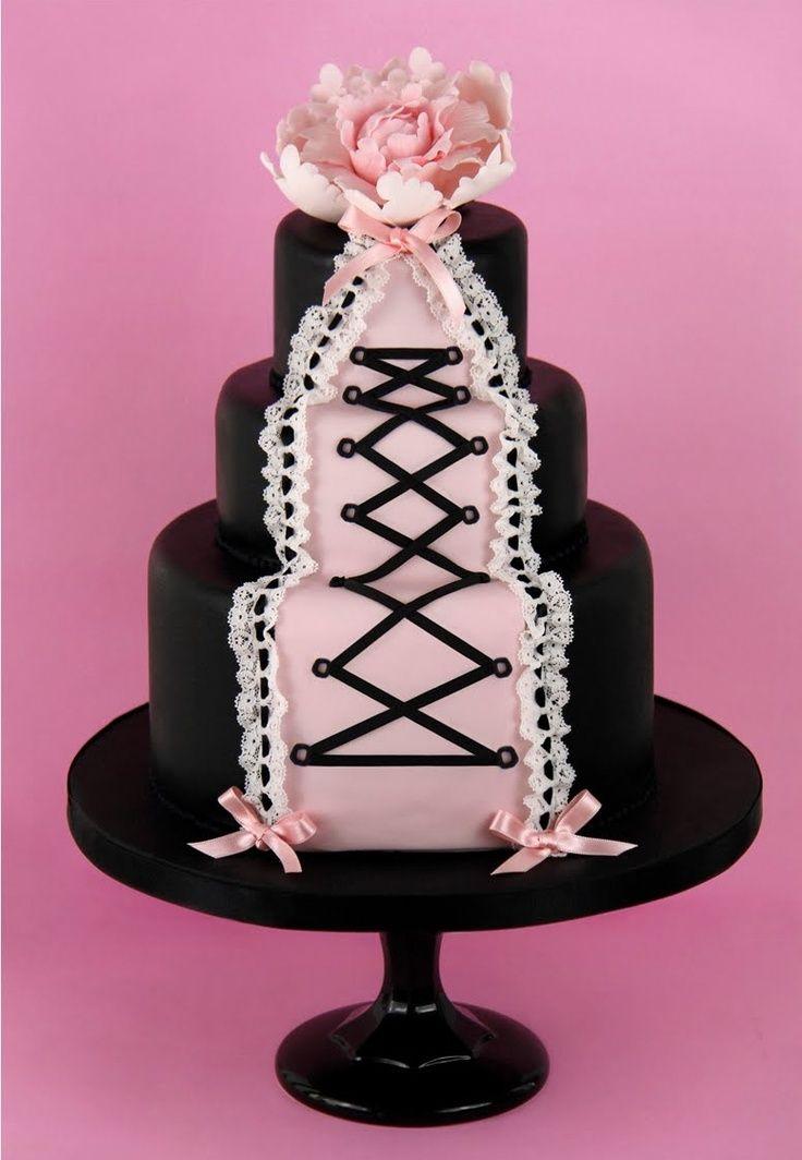 Chá de lingerie: bolo decorado em pasta americana como corselet preto e rosa.