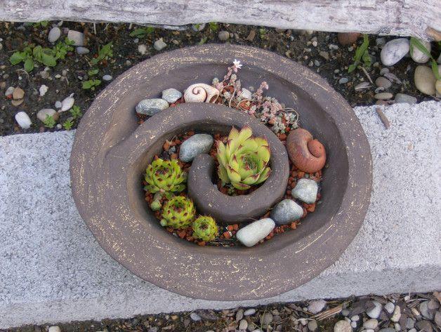 Diese Schale sieht sehr schön in einem Steingarten aus. Besonders gut kommt sie in der Gruppe zur Geltung.   Pflege:das Pflanzgefäß kann ganzjährig im freien stehen. Nur sparsam gießen.  Sie ist...