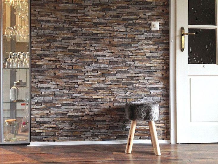 La mezcla de piedra y madera es perfecta para conseguir espacios rústicos. El papel pintado de losas de piedra pizarra marrón evoca la placidez y el sosiego que se respira en un entorno rural