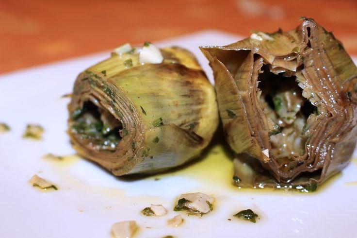 I carciofi alla romana sono un contorno molto semplice da preparare ma estremamente goloso e delizioso, adatto a piatti di carne o di pesce