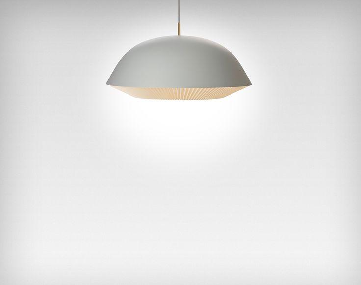 CACHÉ er en lampeserie bestående af fem pendler, en bordlampe og en  gulvlampe. Et stilrent og moderne design forarbejdet i en ultrahøj  håndværksmæssig kvalitet med fine messingdetaljer. Den plisserede  lampeskærm giver lampen en særlig karakter og tilfører LE KLINTs  klassiske DNA som ligger i det unikke foldehåndværk.