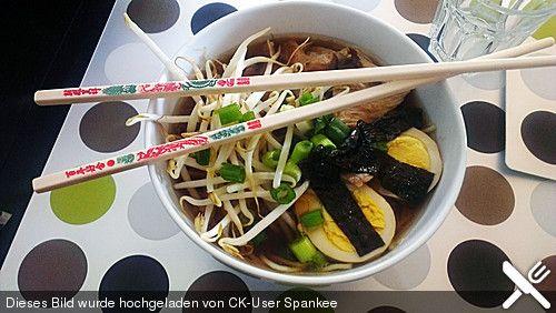Ramen mit Huehnerbruehe http://www.chefkoch.de/rezepte/1804511291817891/Japanische-Nudelsuppe-mit-Huehnerbruehe-und-Lende-Ramen.html