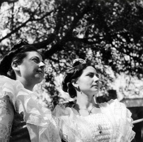 maker onbekend | Vrouwen in klederdracht uit Avignon ( Frankrijk) op een folkloristisch festival