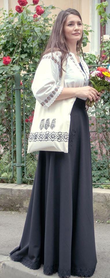 Sacosșă din pânză decorată manual cu motive tradiționale.  www.sezatoareaurbana.tumblr.com