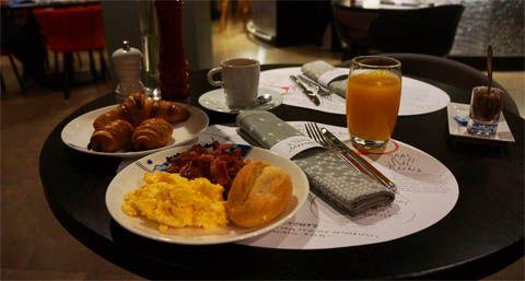 Having Breakfast in Mercure Amsterdam City   TravelJunkieIndonesia.com