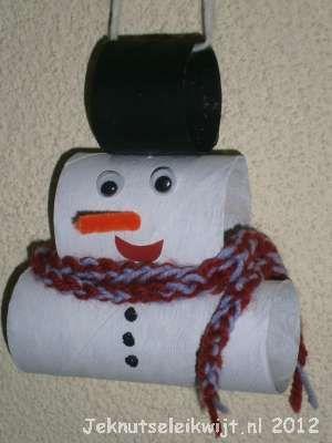 Sneeuwpop 2  Als de wcrolletjes goed droog zijn kun je ze op elkaar lijmen of nieten. Plak de wiebel oogjes en mond op je sneeuwpop. Teken knopen op de buik van de sneeuwpop en prik een stukje oranje chenilledraad als neus in je sneeuwman.  Wikkel de sjaal om de sneeuwpop en geef je sneeuwpop een mooi plekje aan de muur of voor het raam!