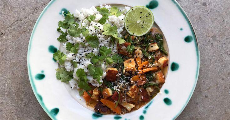 Krämig gryta med stekt halloumi, linser, färska tomater och morötter. Serveras med ett otroligt gott kokosris. Rätten är minst lika god i matlådan dagen efter. Spela klippet för att se när Siri lagar rätten och delar med sig av smarta tips och tricks.