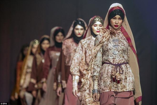 Covesia.com - Rancangan busana karya desainer muda Indonesia Anniesa Hasibuan (28) yang diperagakan pragawati Inggris memikat masyarakat dalam rangkaian...