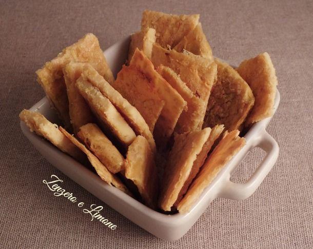 Questa cecina ai porri è un piatto povero! Pochi, semplici ingredienti per preparare una sorta di farinata di ceci arricchita con un bel trito di porro.