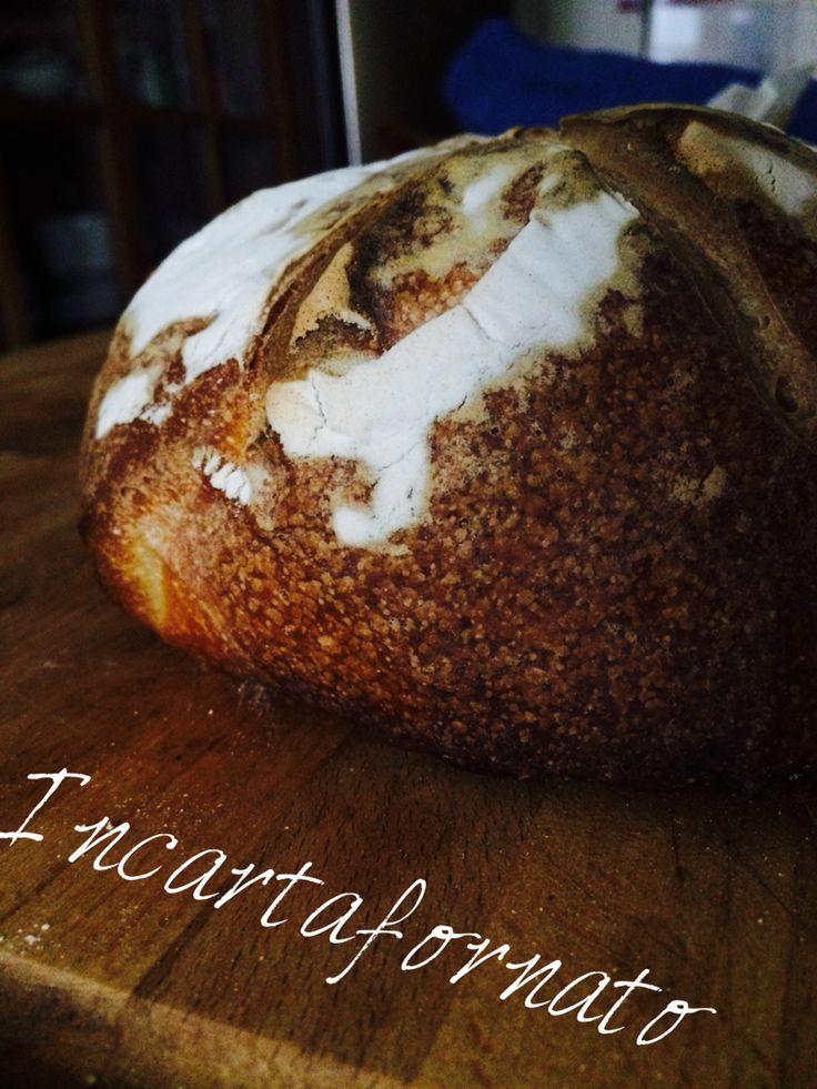 Pane a lievitazione naturale. Lievitato e cotto in fagotto di carta forno.