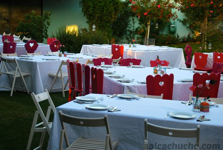 Mesas en el patio de las flores con rom nticas sillas - Sillas de patio ...