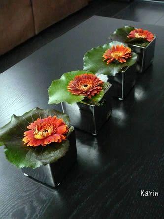 Een tafeldecoratie hoeft niet altijd groot en ingewikkeld te zijn. Onderstaande tafeldecoratie kan iedereen maken, zelfs als men nog nooit bloemen geschikt heeft. Ze is eenvoudig, budgetvriendelijk en men maakt ze in enkele minuutjes!