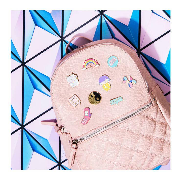 Personaliza tu mochila con los pins más cute! #Todomoda #Pins #Cute #PinFever