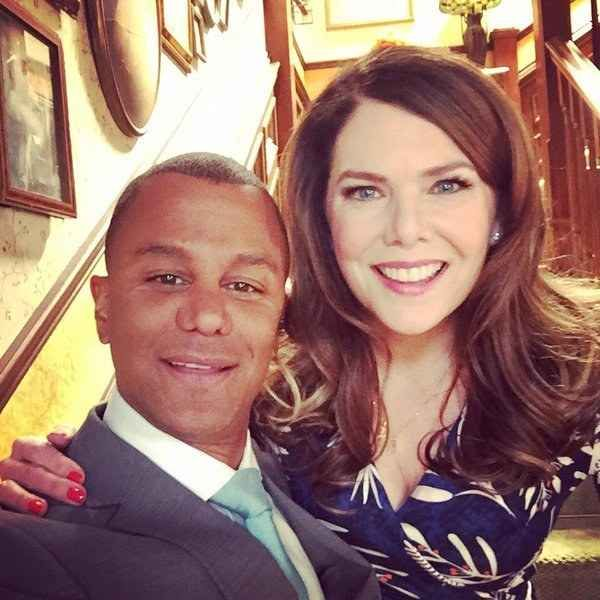 Since the Gilmore Girls cast has reunited to film new episodes for the upcoming revival, fans have been gifted with some awesome photos.