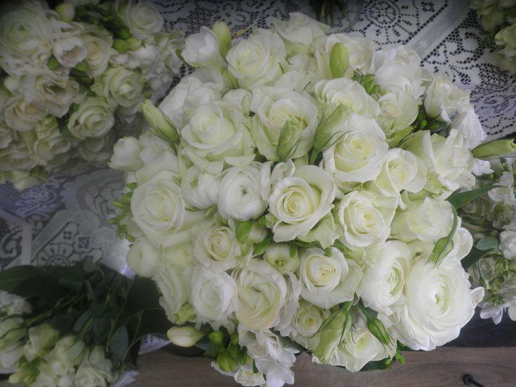 natural stem white roses ranuculus white lisianthus