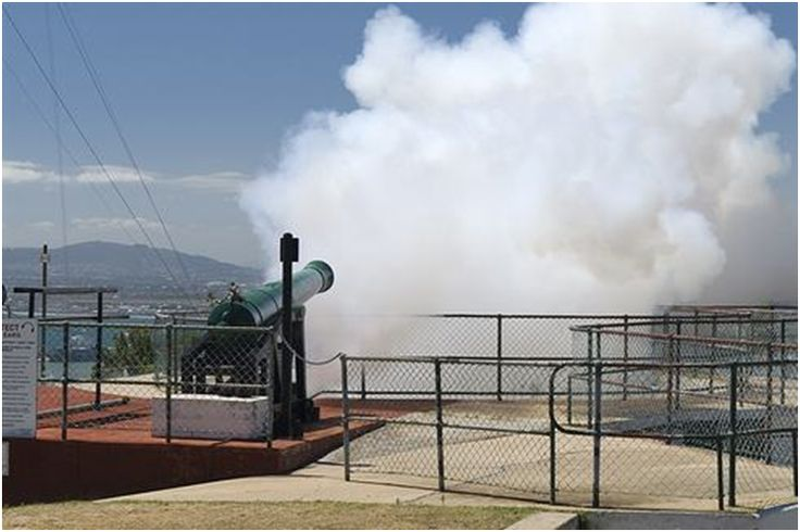 The oldest living tradition in Cape Town is the firing of the Noon Day Gun at Lion Battery on Signal Hill. The Noon Day cannons are also two of the oldest cannons in the world still in daily use. This goes off every day at 12 pm.