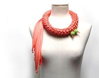 Collana crochet realizzata con filato di tessuto jersey rosa pesca - Sciarpa collo in jersey - Gioielli uncinetto - Gioielli in tessuto