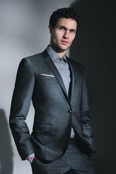 style homme, costume en couleur sombre avec chemise en grise foncée, coupe de cheveux homme