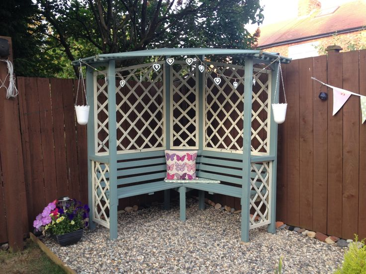 Beautiful corner arbour! Perfect for sunny days!