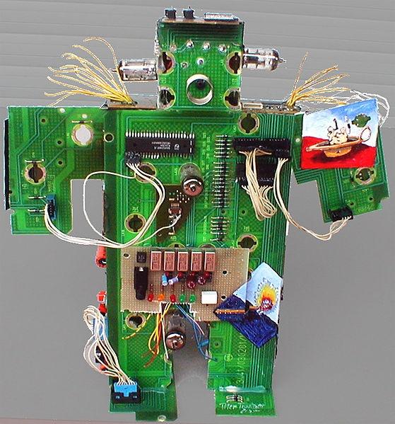 Recyclingfigur aus alten Platinen mit Miniaturbemalung und Lichtspiel als Ausstellungsobjekt für Verbraucherzentrale NRW im Rahmen des Elektromüllgesetzes