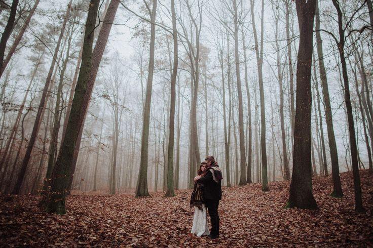 wedding session in the forest / wedding dress lace / autumn forest / leśna sesja ślubna / sesja w lesie / zakochana para / leśna miłość / fot. Kamila Piech