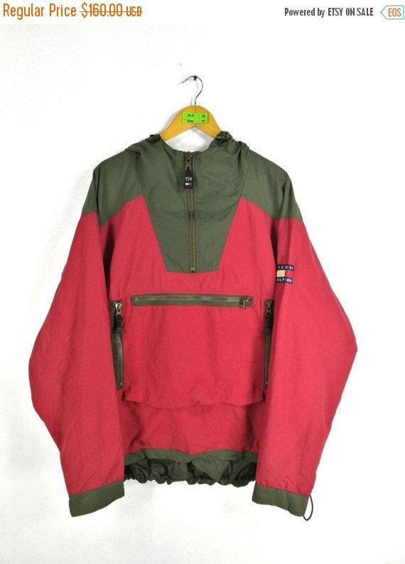 TOMMY HILFIGER Jack XLarge Vintage jaren 90 Tommy Jeans Streetwear Tommy Colorblock Windbreaker Trainer Hoodie rood groene jas Sport maat XL  Label luidt als volgt: Maat XL (selectievakje metingen hieronder)  Maten: Breedte (oksel tot oksel): 26 Lengte (schouder tot einde van kledingstuk): 29  Alle metingen worden verricht met het kledingstuk plat op de grond.  Voorwaarde: Goede Condition.Have een kleine gaten op de mouw, Raadpleeg de fotos.  ** WE ZIJN MET BEHULP VAN DHL EXPRESS, HET DUURT…