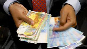 Judecătoria Craiova a decis, săptămâna trecută, într-un proces dintre un debitor şi Banca Românească, îngheţarea cursului de schimb franc elveţian-leu la valoarea de la data contractării împrumutului, informează coltuc.ro. Magistraţii au obligat banca să-l despăgubească pe datornic cu sumele plătite în plus şi dobânda la sumele respective. Potrivit site-ului instanţei, judecătorii au constatat, pe 16 […]