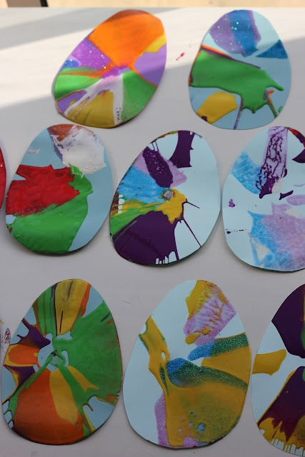 VISUAL:Easter art idea using salad spinner! Or cut any shape of paper: Idea, Art Garland, Spin Art, Garlands, Easter Eggs, Salad Spinner, Egg Spin, Kid