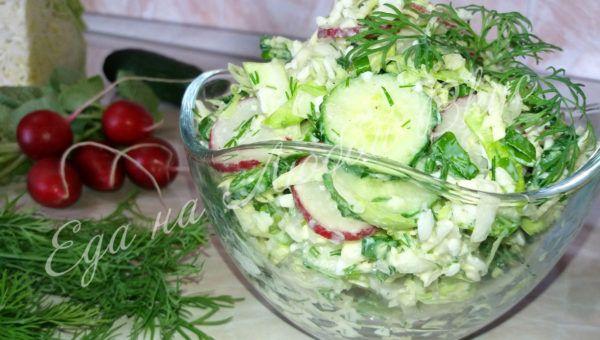 Рецепт салата из свежей капусты с огурцом, редиской и яйцом – очень простой, но и весьма полезный! Этот салат входит в рецепты простых салатов с огурцами, но особенным его делает заправка. Вкусные салаты – это салат, где есть капуста, огурец, яйцо и редис. Ну, еще конечно, обязательно должна присутствовать зелень! Как же приготовить салат из свежей капусты и огурцами? Смотрите пошаговый рецепт с фото и коротким видео.