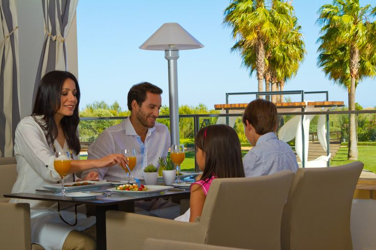 Light meals, fresh fruit juices or ice cream are available at the Varanda restaurant, and also kid menus.