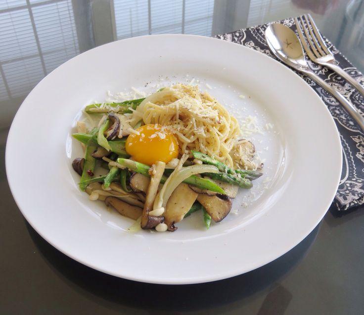 Mushroom asparagus olive oil and garlic pasta with egg yolk. 와우 집안은 썰렁한데 밖은 여름같은 날씨다. 창문 죄다 열어 따뜻한 공기를 집안으로^^ 창문연김에 마늘냄새나는 음식좀 맹그러 볼까 하여 오늘은 버섯과 아스파라거스를 넣은 알리오 올리오에계란 노른자 하나 올려 냠냠. * 파스타 삶는사이 불은 낮은온도 맞춰 올리브오일에 마늘, 페페론치노, 월계수잎 넣어 서서히 익히다 월계수잎 제거하고 불 높여 잘라논 버섯, 양파, 아스파라거스에 소금, 후추 간하여 볶다 삶은 국수 넣고 잘 버무리듯 볶아, 계란 노른자하나 올리고 파마쟌 치즈, 후추 뿌림 끝~