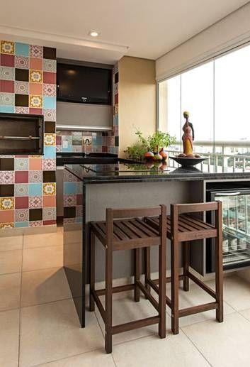 Varanda em São Paulo: espaço gourmet com direito a frigobar e a churrasqueira garante integração da família Foto: Divulgação