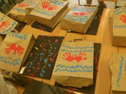 Bossa decorada del mar (cranc fet amb les mans). Carpeta de dibuixos feta amb regalims de pintura.