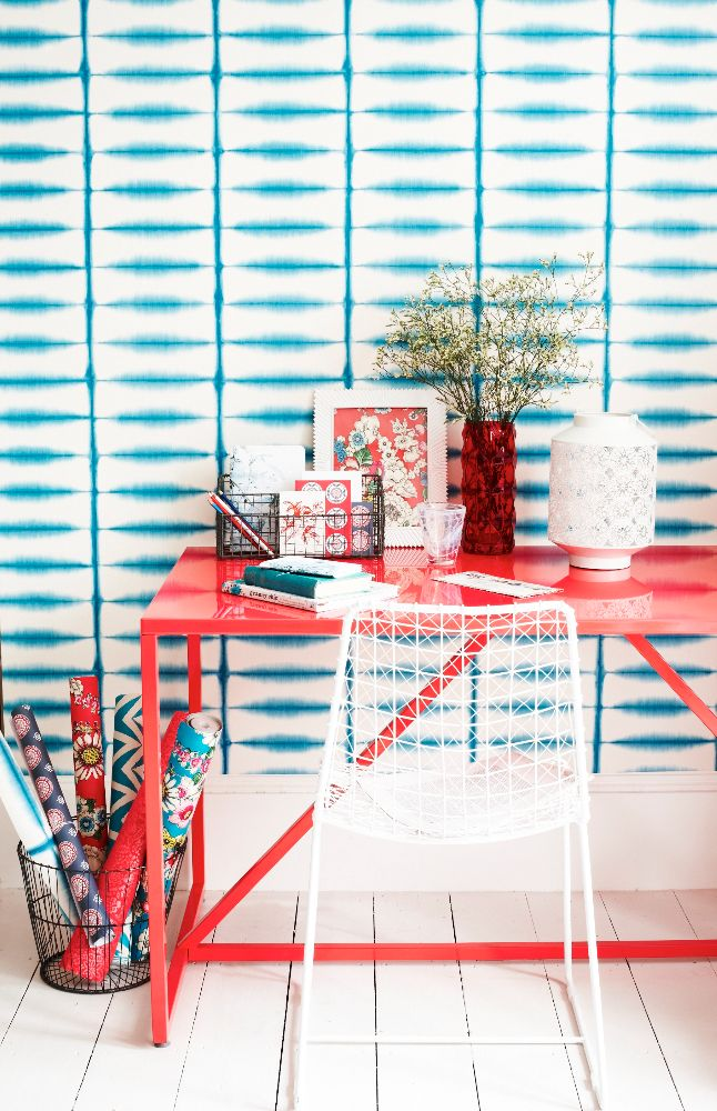 Виниловые обои на бумажной основе: хитрости правильной поклейки и 60 универсальных дизайнерских идей http://happymodern.ru/kak-kleit-vinilovye-oboi-na-bumazhnoj-osnove-video/ Прекрасное сочетание обоев с голубым рисунком и мебели кораллового цвета