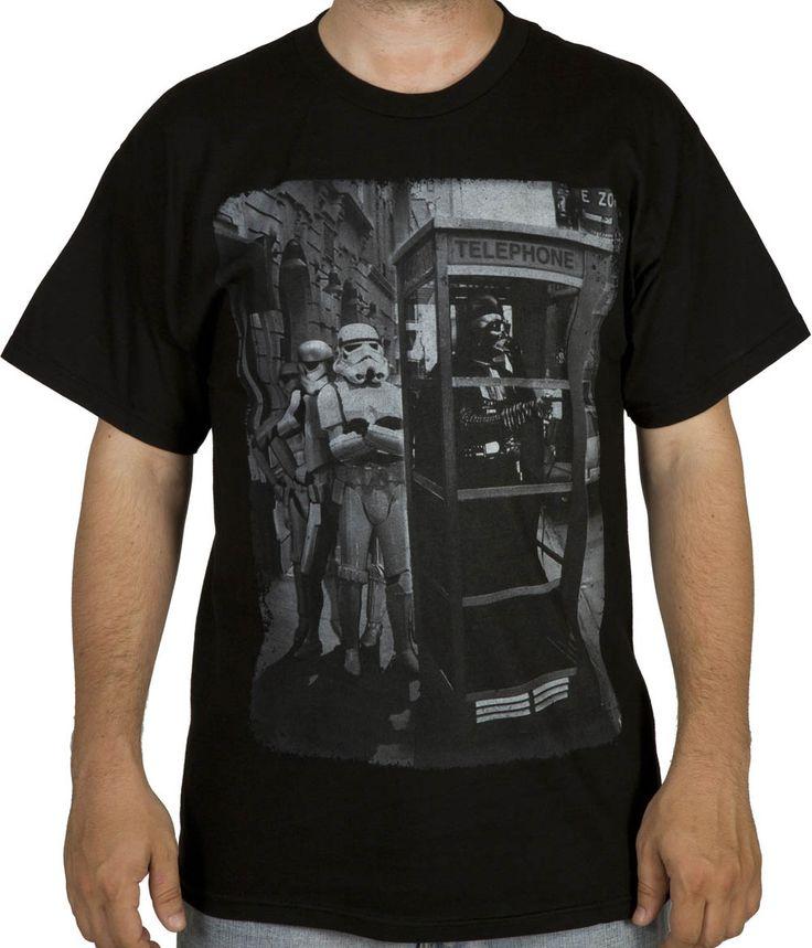 Camiseta Darth Vader cabina telefónica. Star Wars Estupenda camiseta con la imagen graciosa y original del malvado Darth Vader en una cabina telefónica, visto en la conocida y exitosa Star Wars 100% oficial, licenciada y fabricada en material 100% algodón.