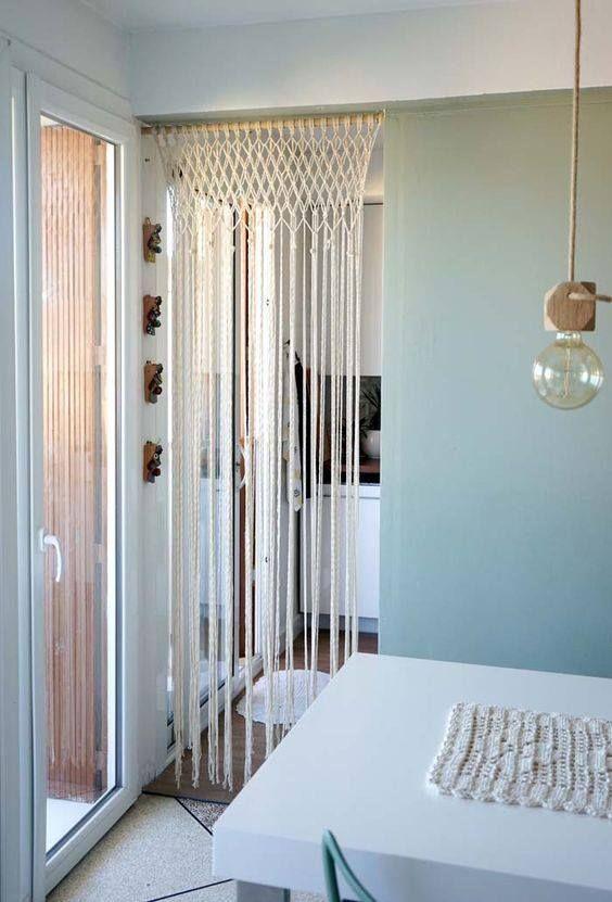 La portière ou encore appelé le rideau de porte, effectue son grand come back ! En bambou, en macramé ou encore en fils, il apportera la touche bohème que vous aimez tant.