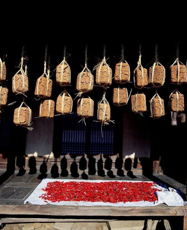 Meju (Korean: 메주), Soybean malt: Lumps of soybean malt are hung from the eaves to dry.#PhotojournalismKorea #KoreanFood