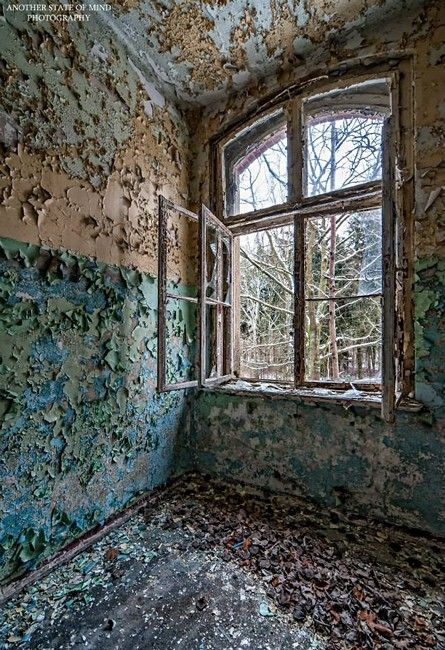 Best 20 old abandoned buildings ideas on pinterest abandoned houses abandoned library and - The beauty of an abandoned house the art behind the crisis ...