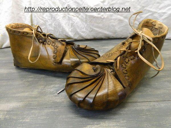 La brogue est la chaussure par excellence des Celtes, dite gauloise Elle est en cuir souple et a une forme bien caractéristique , elle est taillée dans une pièce de cuir Le coup de pied est fermer par ...
