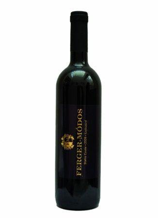 Szekszárdi Statio Cuvée 2009 0,75 l OEM száraz vörösbor A 2009-es évjárat nagyszerű érett zamatát találhatjuk meg e borban, melyet kiegészít a közepesen égetett kis tölgyfahordó elegáns vaníliás tónusa. A Kékfrankos és a Merlot kiválóan egészíti ki egymást, mely egymásba simulva bizonyítja, hogy a Kárpát-medence és a világfajta jól megfér egymás mellett. Fűszeres ételekhez, vadhúsokhoz ajánljuk.