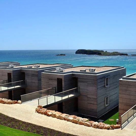 Vous pensiez avoir tout vu de la côte de l'Algarve ? Pourtant, elle n'en finit jamais de dérouler ses deux-cent kilomètres de criques, de falaises et de plages parfaites au Sud du Portugal, de quoi faire de l'œil à des millions de pâlichons en quête de soleil, traversant chaque année la péninsule aux premiers rayons de l'été. On comprend mieux dans ce cas les ambitions d'un établissement comme le Martinhal Beach Resort, hôtel offrant une belle variété de villas thématiques, à côté d'une l...