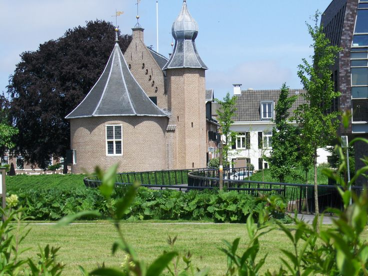 Kasteel van Coevorden, meermaals van kleur verschoten, is dan ook al deels erg oud. Wordt goed gecombineerd met nieuwbouw