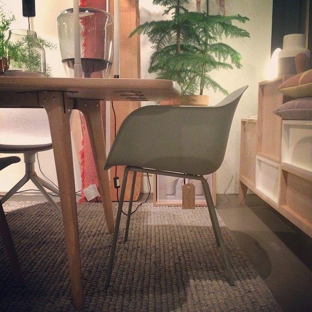 De Fiber chair van Muuto; Retro kunststof kuipje op stalen poten. In zachtgroen. Te zien in de showroom van De Huisgenoten.