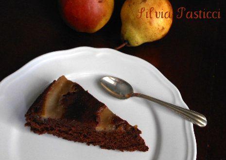 Torta rovesciata con cioccolato e pere.